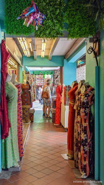 Geschäft mit Kleidern im arabischen Viertel in Singapur