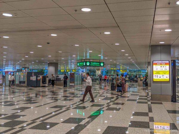 Zoll-Kontrolle am Flughafen Singapur