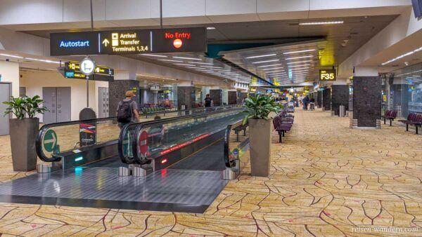 Rolllaufband im Transitbereich des Flughafen Singapur