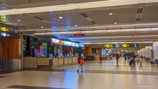 Verkaufsstände für SIM Karten im Flughafen Singapur