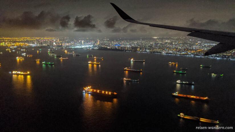 Anflug über Straße von Singapur am Abend