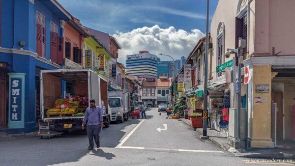 Gasse in Little India mit Transporter