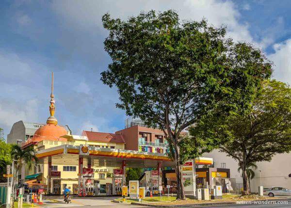 Buddhistischer Tempel hinter einer Shell Tankstelle