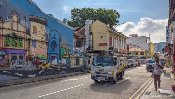Bemalte Wand in einer Straße in Little India
