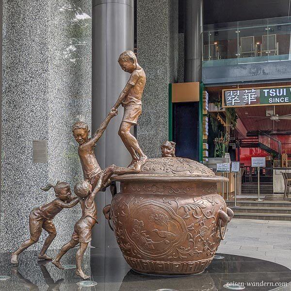 Statue vor dem Shoppingcenter Robinsons The Heeren