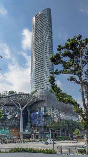 Zugang und Wolkenkratzer des ION Orchard Shoppingcenter