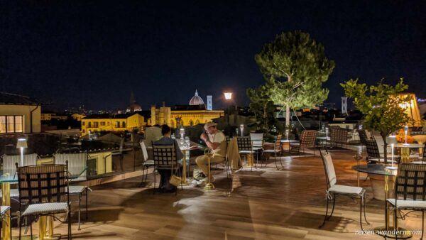 Rooftop Bar mit Blick über die Dächer von Florenz