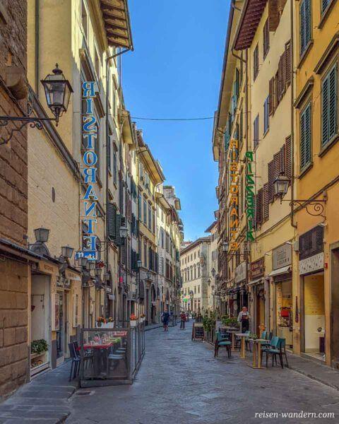 Gasse mit Restaurants in der Altstadt von Florenz