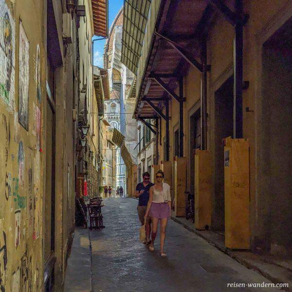 Gasse mit Blick auf die Kathedrale von Florenz