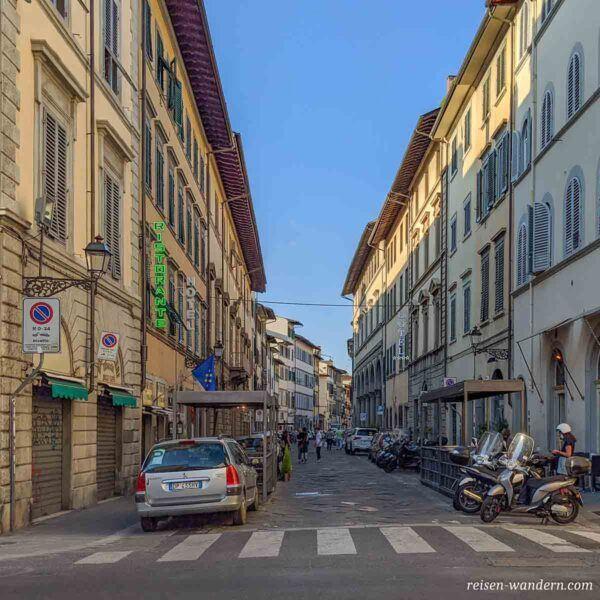 Gasse mit Straßencafes in Florenz