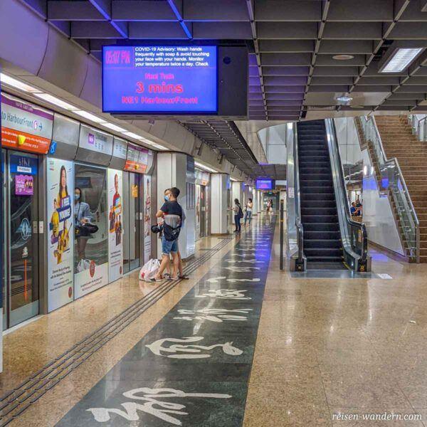 Ankunftsanzeige in Metro in Singapur