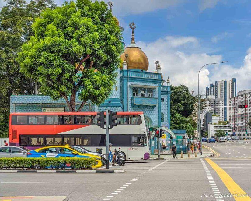 Bus des Nahverkehrs vor Moschee in Singapur