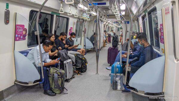 Innenansicht der Metro von Singapur beim Flughafen