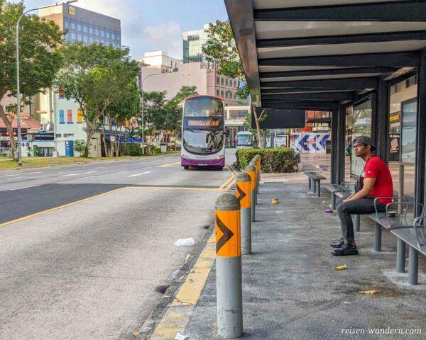 Bushaltestelle mit ankommenden Bus in Singapur