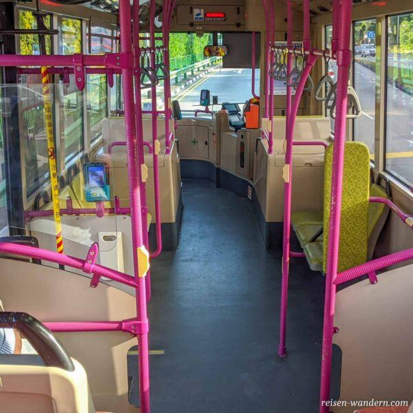 Inneres eines Bus in Singapur