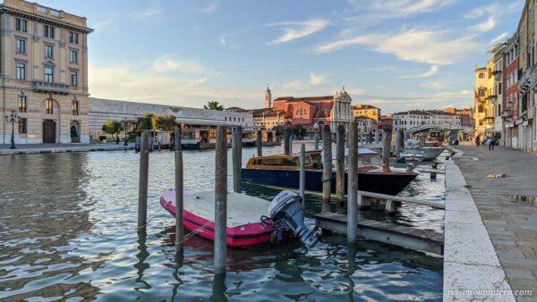 Kanal beim Bahnhof von Venedig