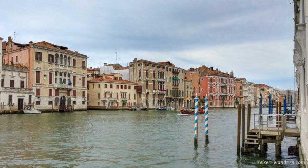 Kanal mit alten Häusern in Venedig