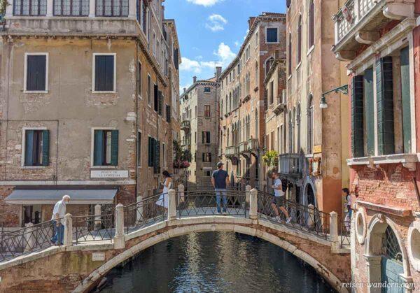 Brücke mit Touristen in Venedig