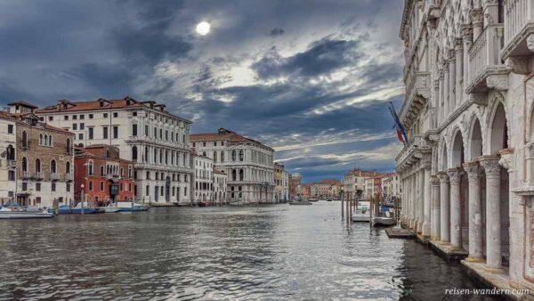 Venedig am Abend an einem Kanal mit alten Häusern