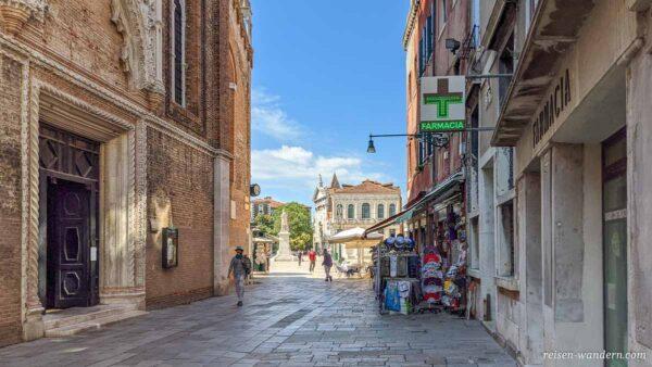 Gasse mit Apotheke in Venedig