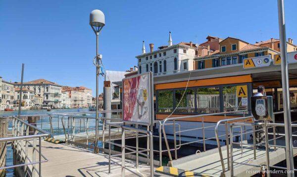 Anlegestelle eines Wasserbus in Venedig