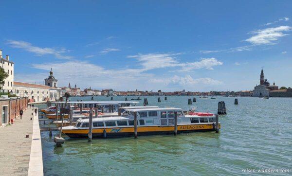 Boote im Kanal von Venedig