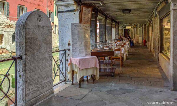 Restaurant in Venedig in einer Gasse