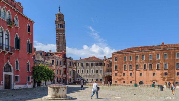 Platz Campo Sant Angelo mit schiefem Turm