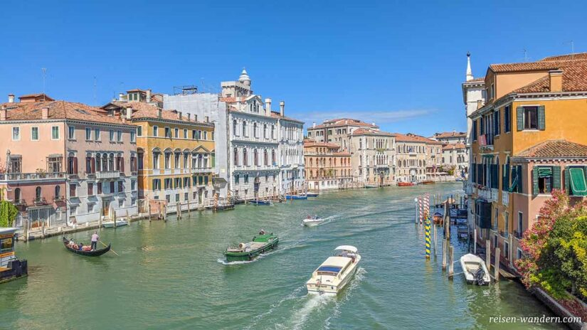 Blick von der Brücke Ponte dell Accademia in Venedig
