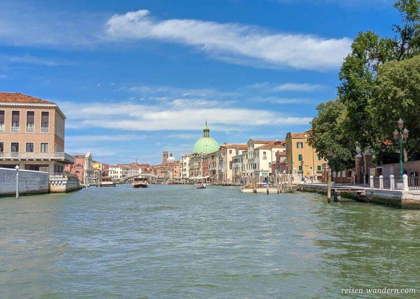 Blick von der Brücke Ponte della Costituzione auf Venedig