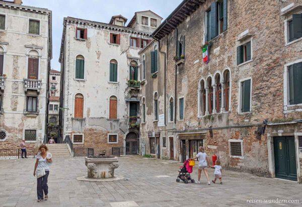 Kleiner Platz an der Calle Longa in Venedig