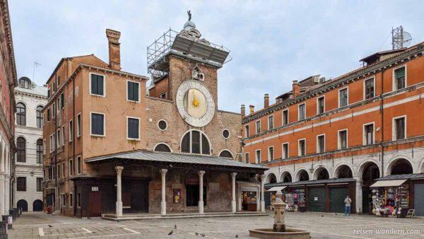 Kirche San Giacomo di Rialto mit markanter Uhr