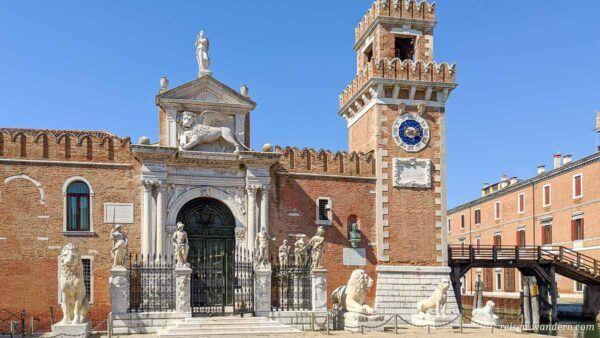 Aussenfront der Arsenale in Venedig