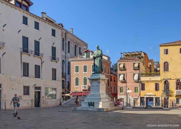 Platz mit Statue an der Füßgängermeile Strada Nova