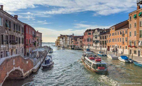 Boot auf einem Kanal in Venedig