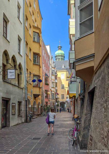 Gasse mit alten Häusern in Innsbruck