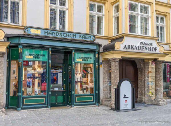 Kleines Geschäft mit alten Schaufenstern in Innsbruck
