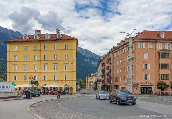 Straße mit Autos in Innsbruck