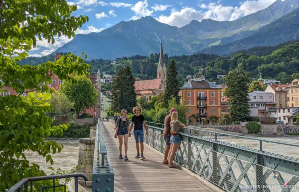 Fußgängerbrücke über den Fluss Inn in Innsbruck