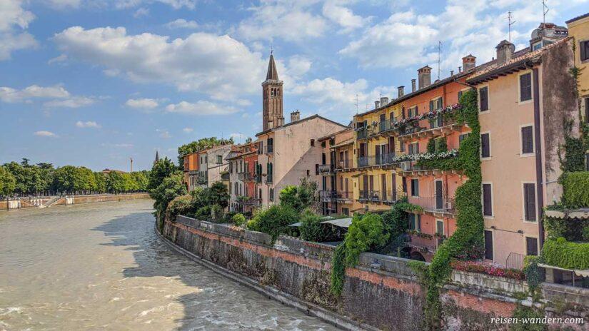 Fluss Etsch mit Häusern der Altstadt