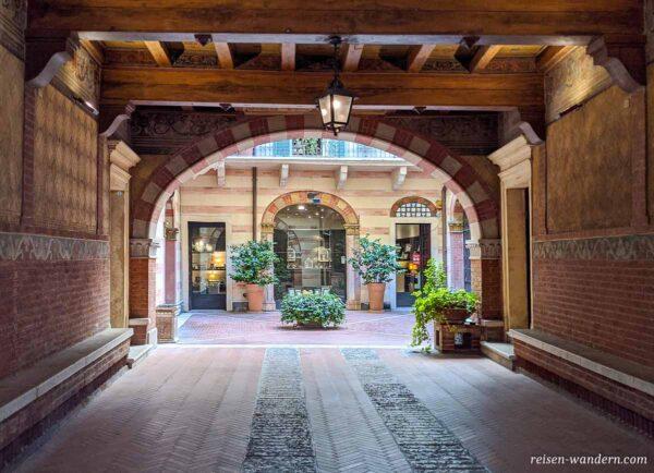 Innenhof mit alten Torbogen in Verona