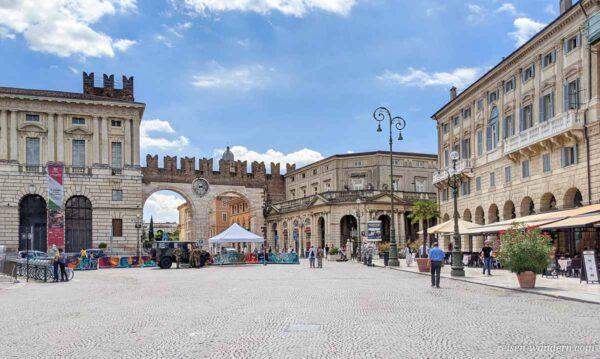 Stadttor I portoni della Bra mit Uhr
