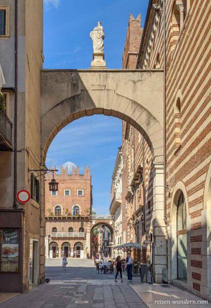 Torbogen im Zentrum von Verona