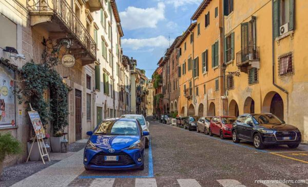 Parkende Autos in der Altstadt von Verona