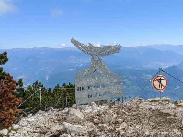 Ausstiegstafel des Via Ferrata Delle Aquile mit Blick auf Berge