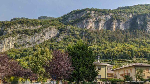 Felswand bei Mori mit Klettersteig Monte Albano