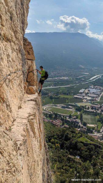 Luftige Querung auf Band am Monte Albano