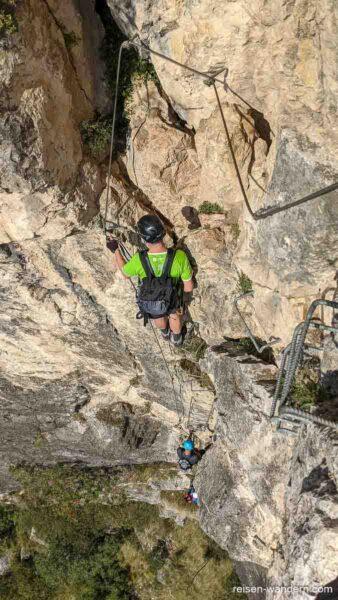 Blick in die Tiefe an der letzten Felswand des Monte Albano