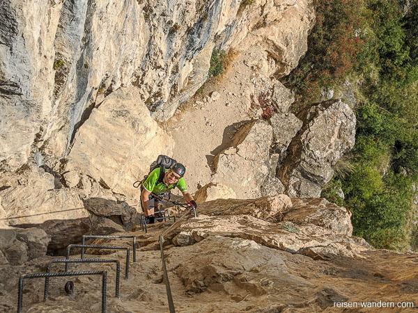 Eisenkrampen in Felswand am Monte Albano
