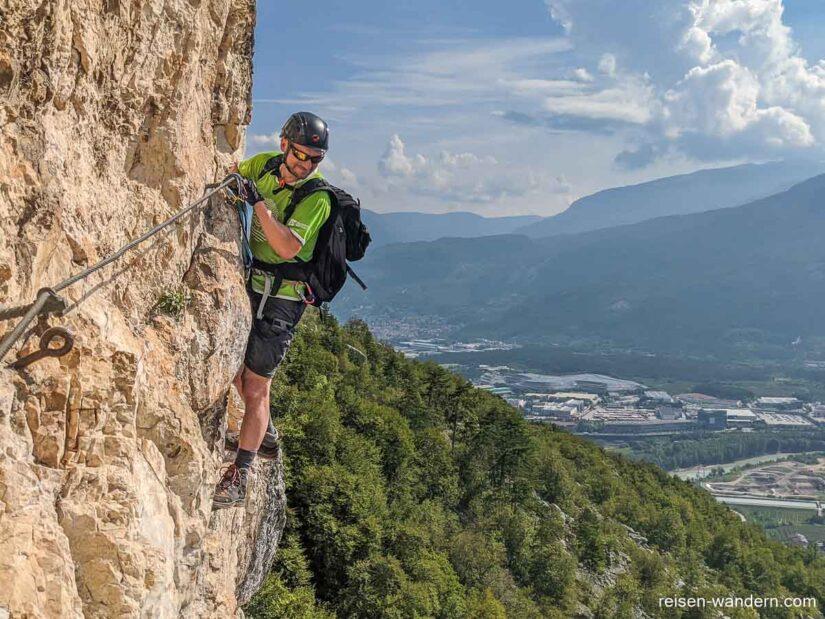 Blick von einer Querung am Monte Albano auf Landschaft
